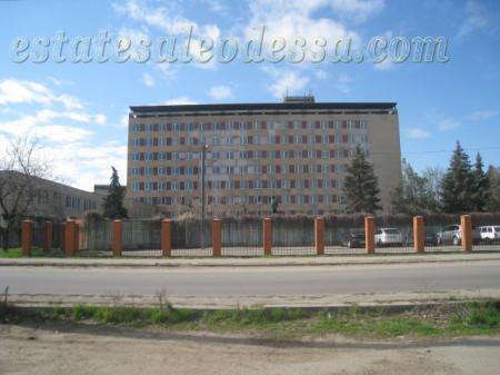 здание расположено на двух земельных участках