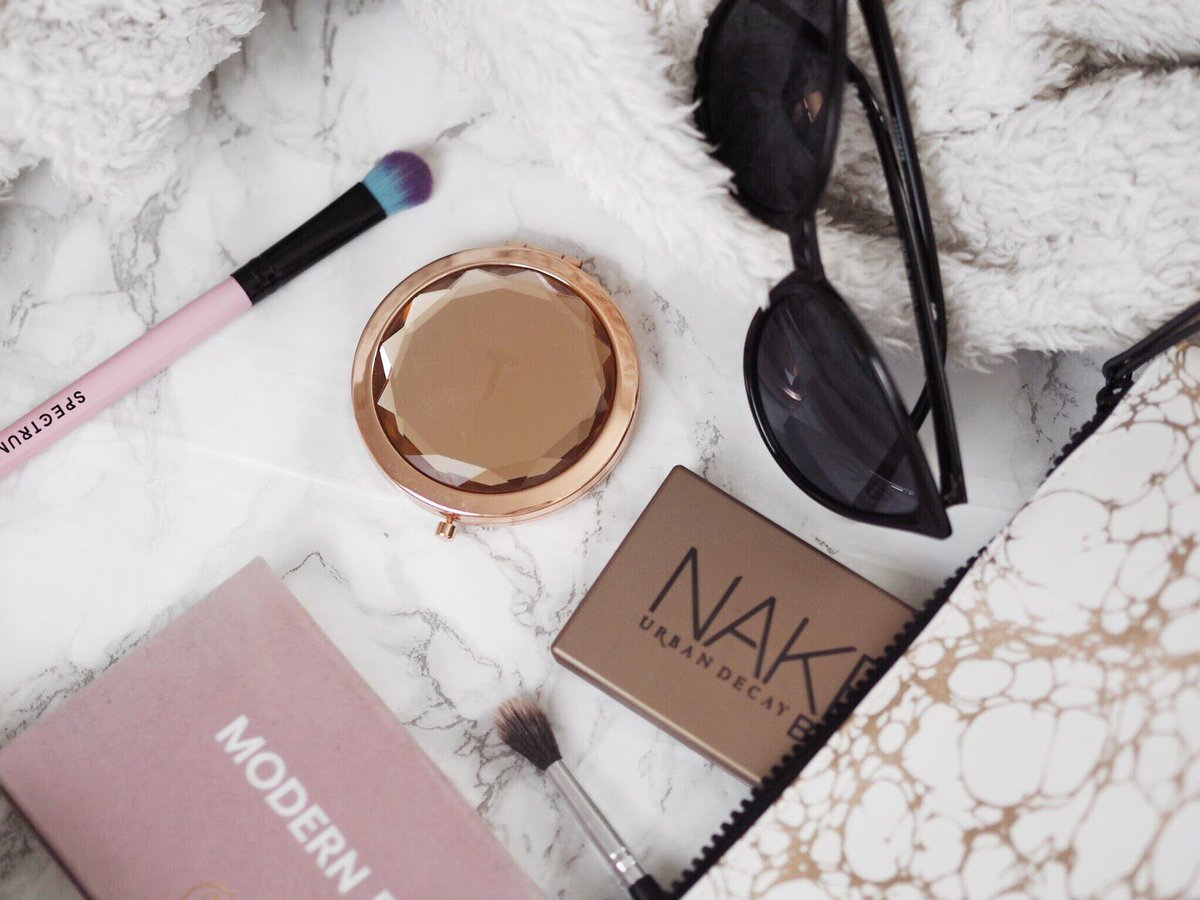 What&#39;s in my travel makeup bag?   http:// buff.ly/2tMOwEc  &nbsp;    @GRLPOWRCHAT @Bloggeration_ #bbloggers #blogginggals<br>http://pic.twitter.com/EIHiXgUzwo