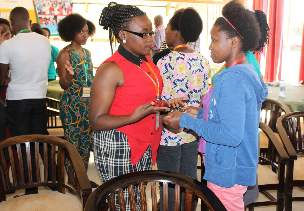 Effective #self #presentation exercise. #MCF scholars #learning how best to #introduce themselves and make useful #connections #MakSLC17 <br>http://pic.twitter.com/4srrO9lCWM