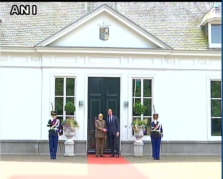 #BREAKING: PM Narendra Modi meets Netherlands President Mark Rutte at the Hague <br>http://pic.twitter.com/bI14173noT