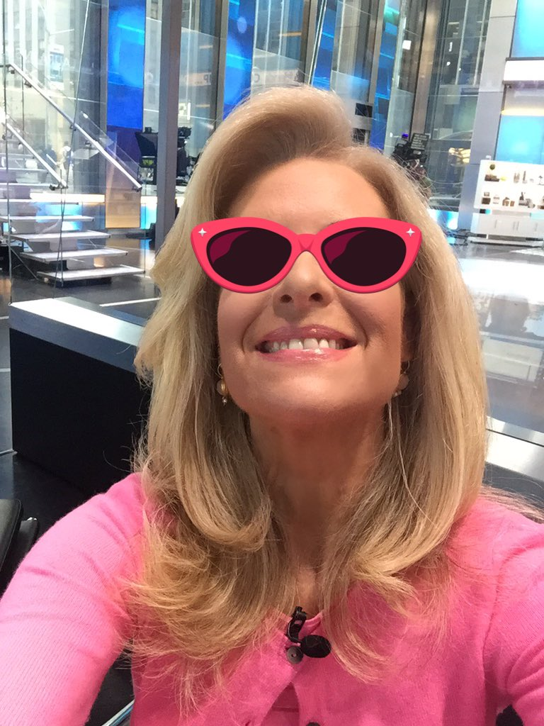 It's #NationalSunglassesDay 😎 @foxandfriends #betterwithfriends https:...