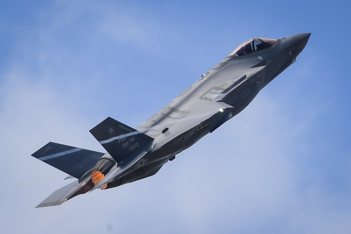 #F35 makes historic appearance in Paris...
