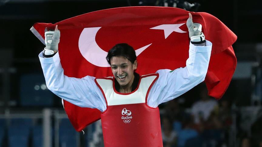 Dünya Tekvando Şampiyonası'nda altın madalya kazanan Nur Tatar'ı tebri...