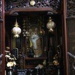 家に帰って仏壇を見たら大変なことになっていた pic.twitter.com/LX4XPzeRgz