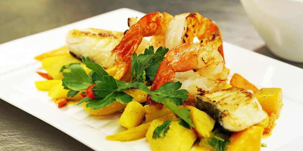 Fried medallions of codfish and giant shrimps with an Creole vegetable ragout, served with coconut rice. #foodie <br>http://pic.twitter.com/PPaQqpcvWy