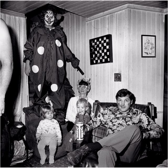 Hmmm, now that&#39;s an interesting family photo... #horror <br>http://pic.twitter.com/H11w2OZZx1