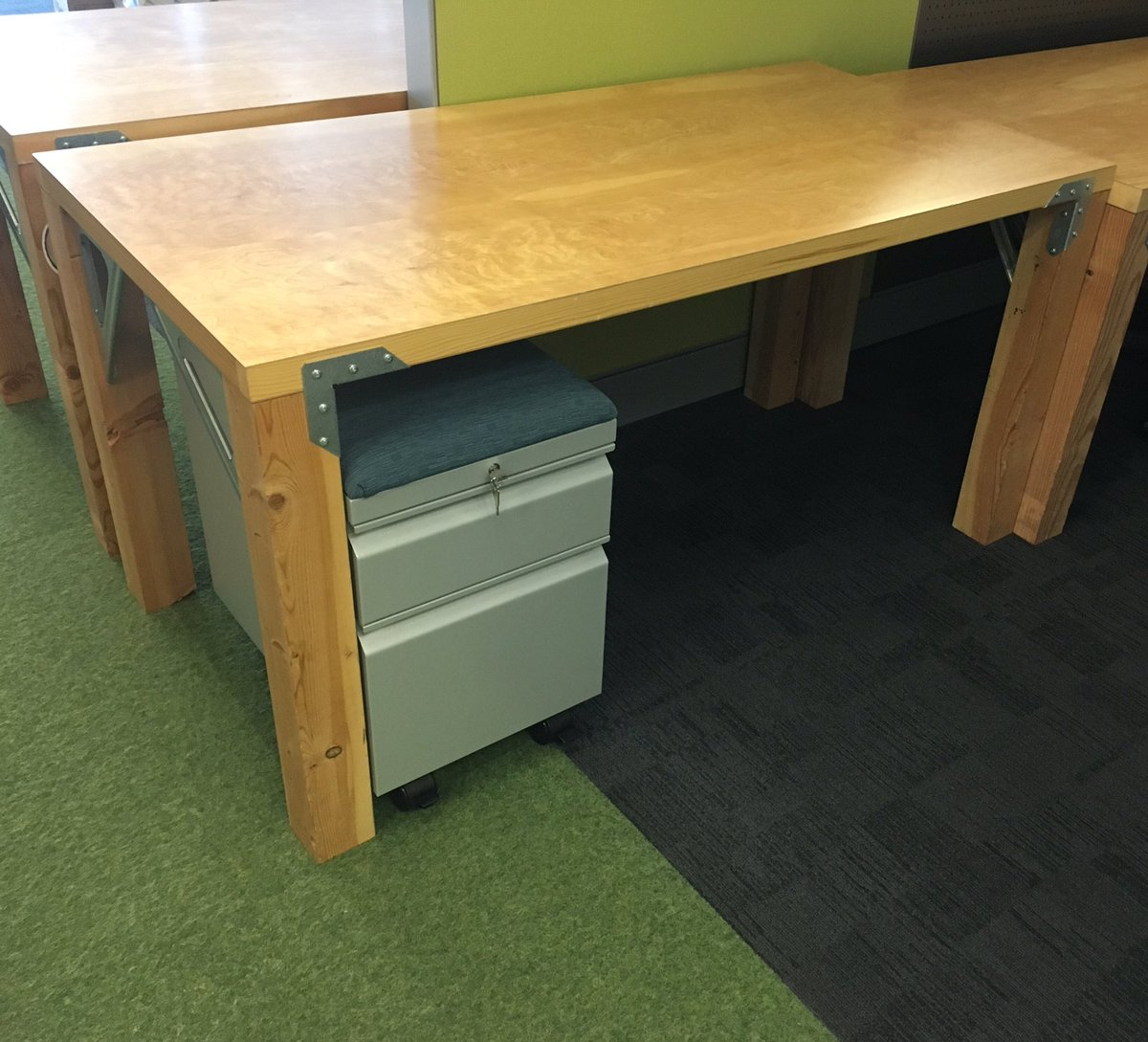 Matt Roberts on Twitter \ Door desks are still a thing at @awscloud @amazon - awesome! #frugality #customerobsession #BePeculiar\u2026 \  & Matt Roberts on Twitter: \