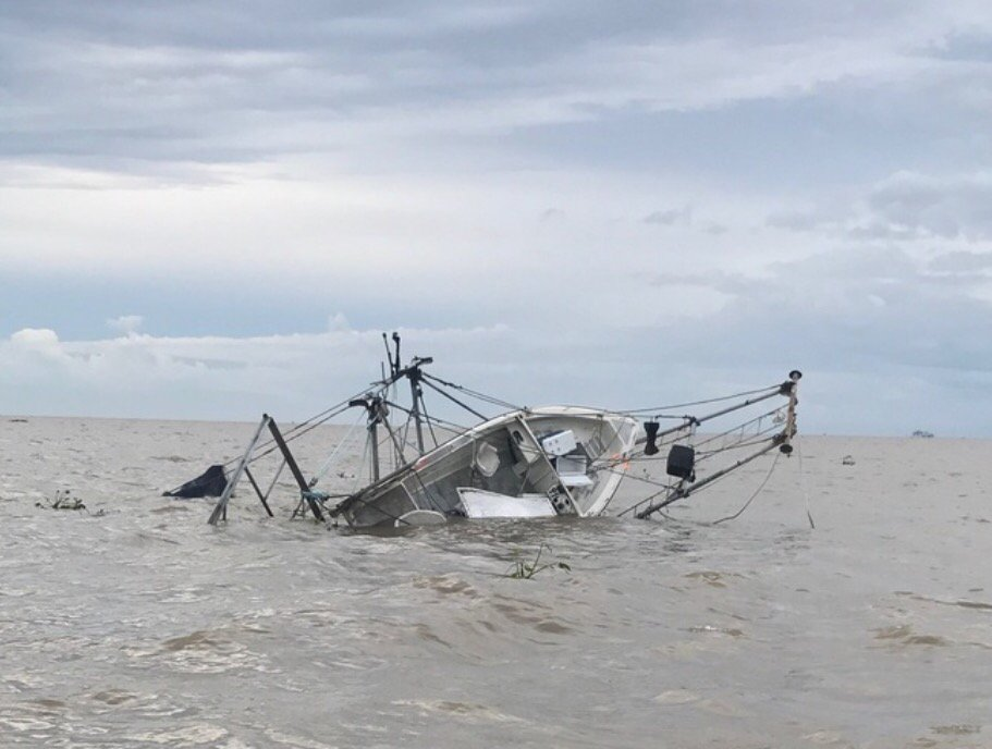 I tip my hat to @LDWF #hero Agt. Mitch Darby who rescued 3 people 2day from a sinking vessel.  http://www. wlf.la.gov/news/41289  &nbsp;  <br>http://pic.twitter.com/mlMMFmrPQ1