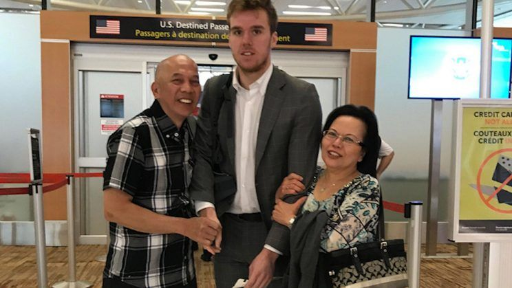 Connor McDavid explains those awkward airport hug photos https://t.co/...
