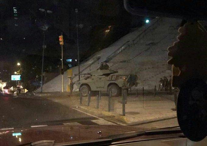 #ÚLTIMO Tanquetas militares resguardan alrededores de Miraflores ante situación por helicóptero del Cicpc. #Caracas (Cortesía)