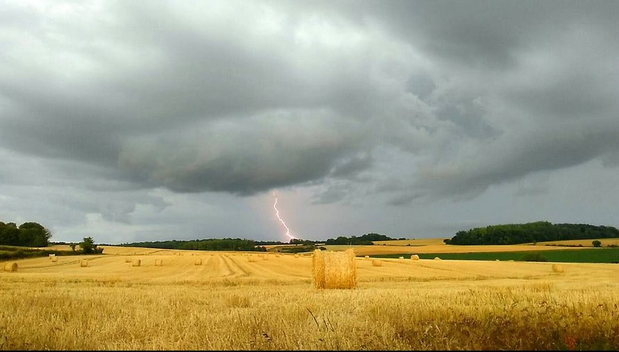 Between #Meaux and #Reims in #France today by Armand Cliquot Thank you lovely capture! 16/30 #eustorm  http://www. eustormmap.com  &nbsp;  <br>http://pic.twitter.com/KxsWyVHD7k