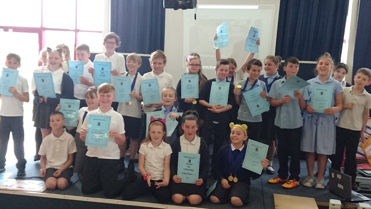 Cader Idris #year 5 award assembly celebrating achievements. A fabulous production children. <br>http://pic.twitter.com/7jDuRa0Cla