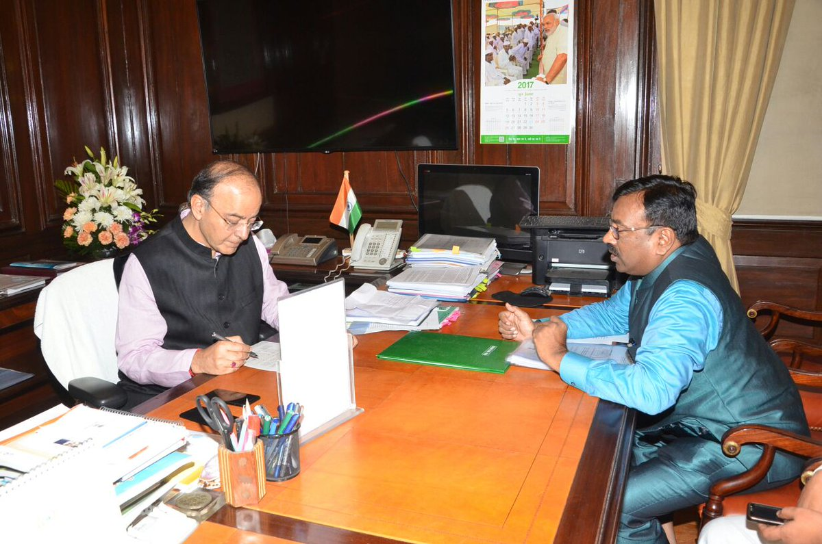 Minister @SMungantiwar met  Union Fianace Minister @arunjaitley in #Delhi today &amp; demands 3 months extension for onion export #Maharashtra <br>http://pic.twitter.com/vavRf7m0NN