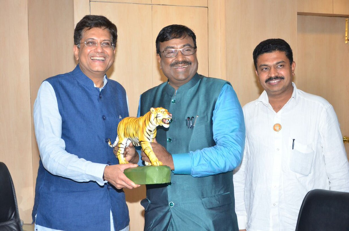 Met #MoS Power Minister Shri @PiyushGoyal ji in #Delhi today to invite him for #Maharashtra&#39;s upcoming 4 Crore tree plantation drive <br>http://pic.twitter.com/Yhd9RcBIj3