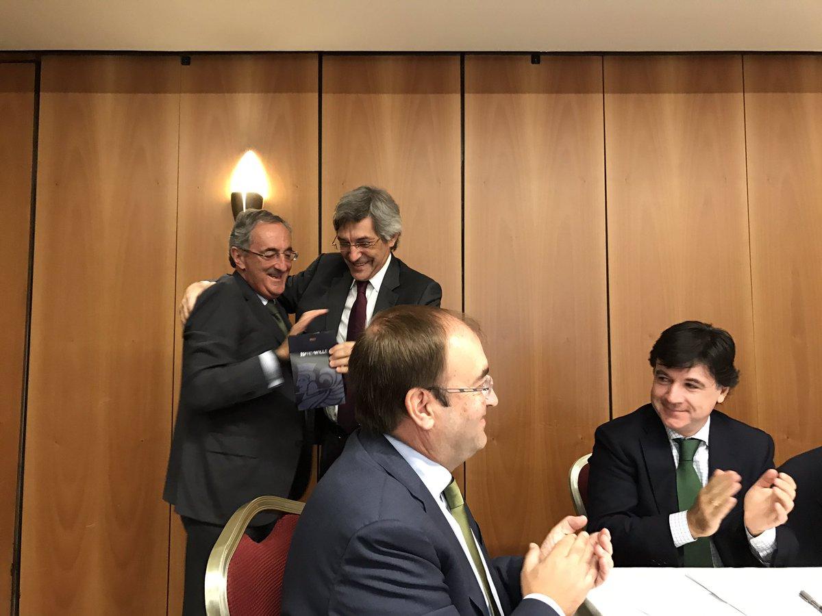 Gracias Miguel Sanchez Fornié @iberdrola for fundamental role on the way to build our association @EDSO_eu #friends <br>http://pic.twitter.com/VKHdInm1Ea