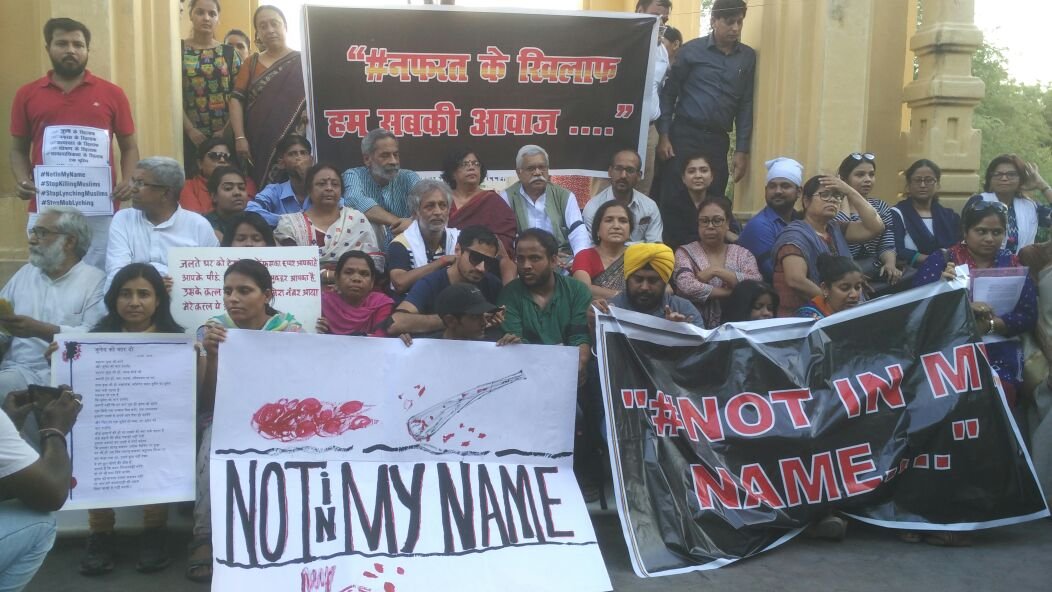 #Lucknow People from all walks of life staged protest at Gandhi statue, blamed govt for keeping mum on recent lynching notinmyname @htTweets<br>http://pic.twitter.com/Pp2evTazNC