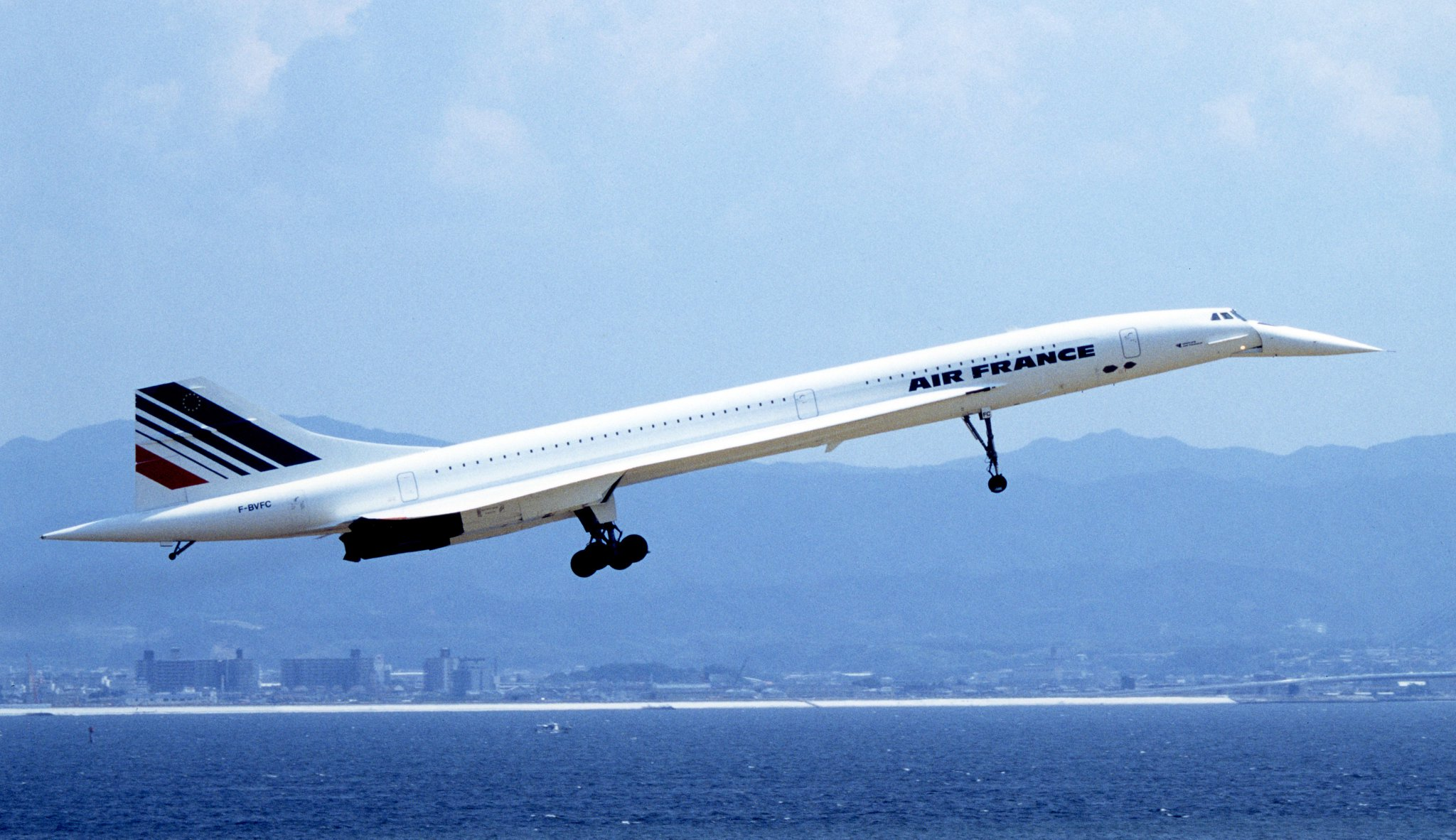 The first commercial flights of the Concorde began in 1976. Today, the Concorde has been retired for 14 years. #ModernFish #LetAmericaFish https://t.co/5mBVh0J5zE