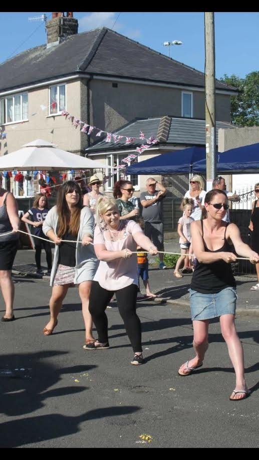 Residents in #HighPeak celebrated the #QueensBirthday with a good old fashioned street party  http://www. buxtonadvertiser.co.uk/news/fairfield -residents-have-street-party-for-queen-s-birthday-1-8619475 &nbsp; … <br>http://pic.twitter.com/LWsfbtkeiO