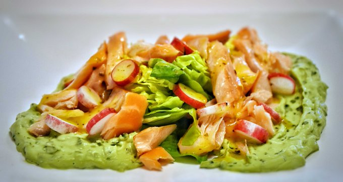 Hot-smoked salmon fillets with herby avocado