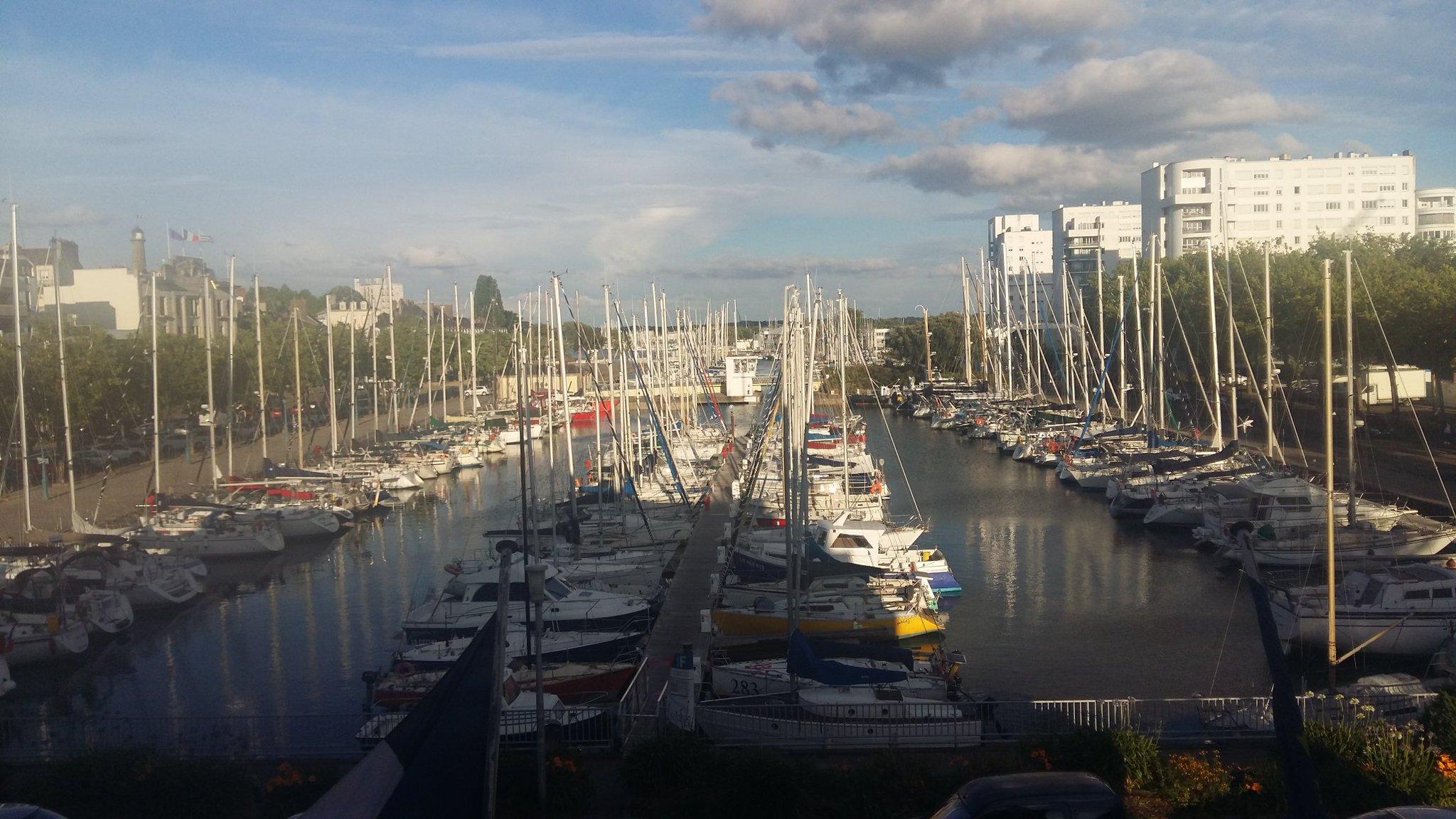 Il fait beau à Lorient et le cocktail de bienvenue est très sympa, à la Bretonne : huîtres et crêpes !  #colloquefcu https://t.co/yXLPkrYk9J
