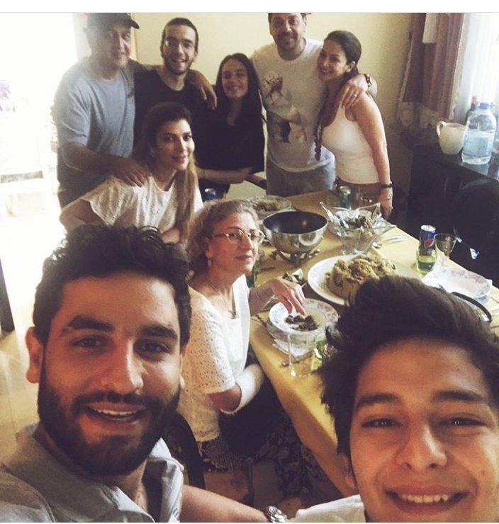 #اصالة مجتمعة مع عائلتها بعد وصولها الى القاهرة الصوره من حساب #انس_نصري الله يديم جمعتكن ومحبتكن @AssalaOfficial