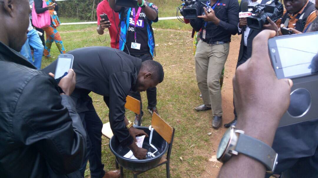 #KyadondoEastByElection: Robert Kyagulanyi casts his vote as his wife'...