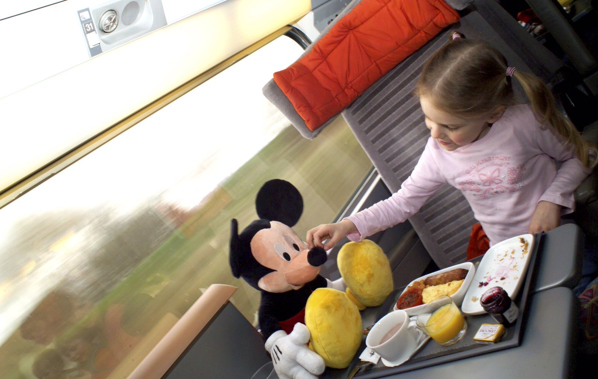 Eurostar is now available to book for the Christmas period! Call us for a quote on 0330 880 5012  #DisneylandParis <br>http://pic.twitter.com/2Yo5RxstOQ