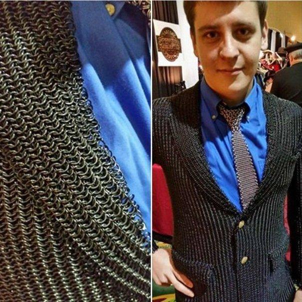 戦う男の鎖かたびらスーツ(重さ約10㎏/値段$600)