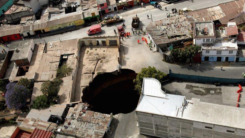 Cómo se forman los extraños agujeros gigantes en el suelo que parecen...