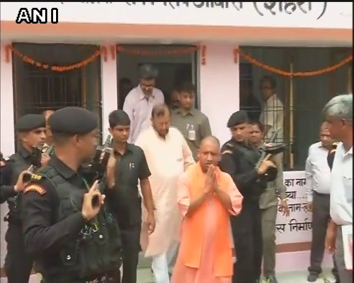 #Lucknow: CM #YogiAdityanath inspects model houses constructed under Pradhan Mantri Aawas Yojna<br>http://pic.twitter.com/hc8dvtQRyO