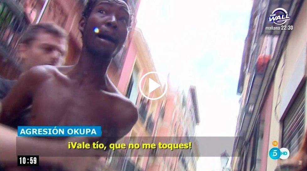 [VÍDEO] Inmigrantes okupas agreden al equipo de 'El Programa de Ana Ro...