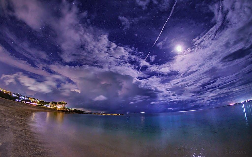 月夜のエメラルドビーチ。 静かな浜。流れる雲。いつまでも眺めていたい穏やかな場所。 (沖縄にて先ほど撮影。星空観察会下見のため夜特別に入らせていただいています) 今日もお疲れさまでした。明日も素敵な一日になりますように。