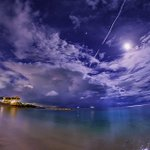 月夜のエメラルドビーチ。静かな浜。流れる雲。いつまでも眺めていたい穏やかな場所。(沖縄にて先ほど撮影…