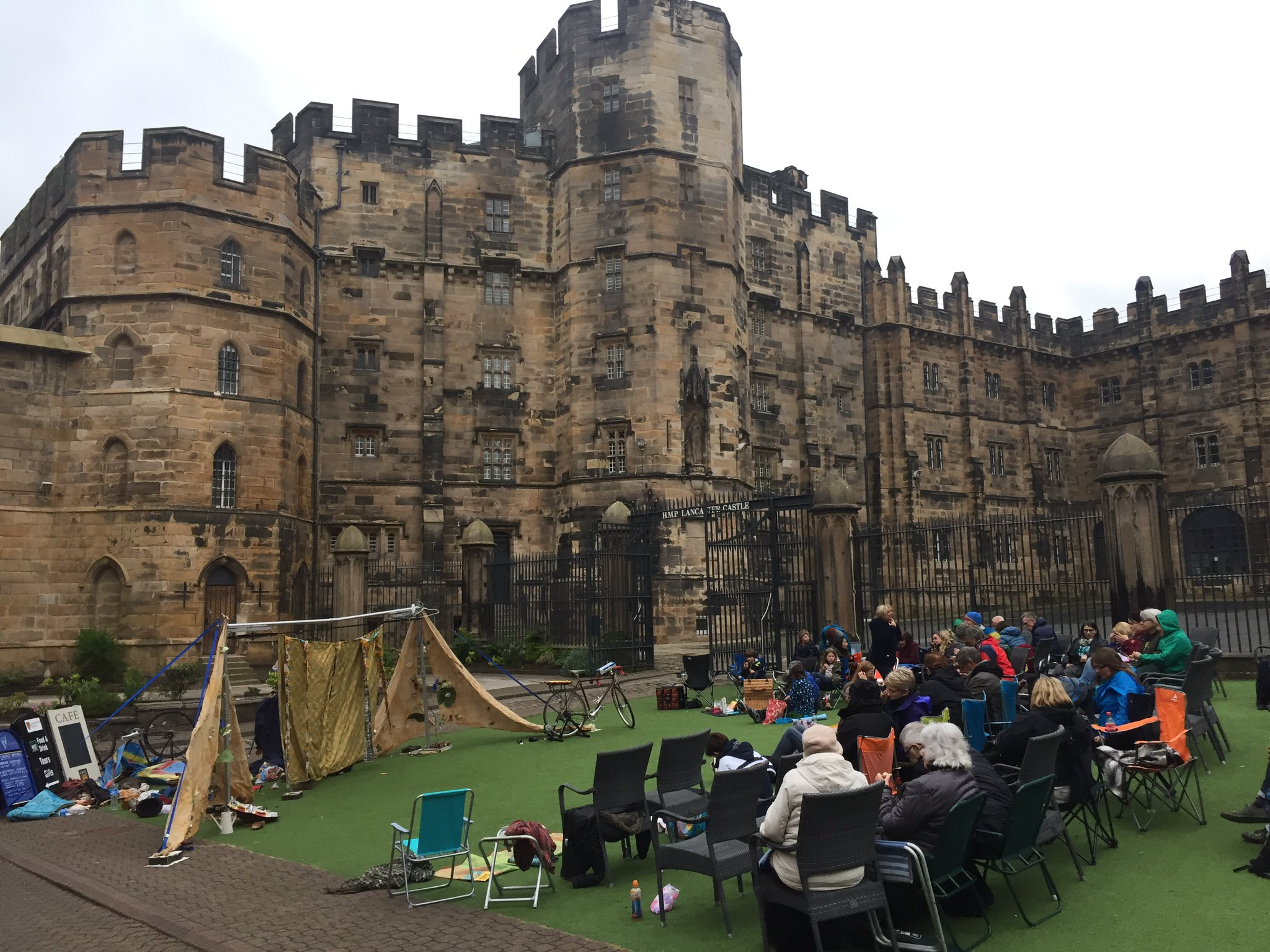 "Hilarious performance of ""A Midsummer Night's Dream"" by @HandleBards at @LancCastle this evening. Never expected to be part of the show... https://t.co/5bcRdyzciT"