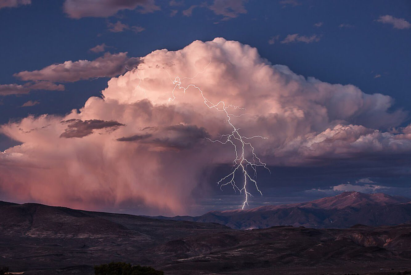 An epic shot of lightning ⚡️ at Bodie Hills in #California by Jeff Sullivan #weather https://t.co/O3Okj9P0GL