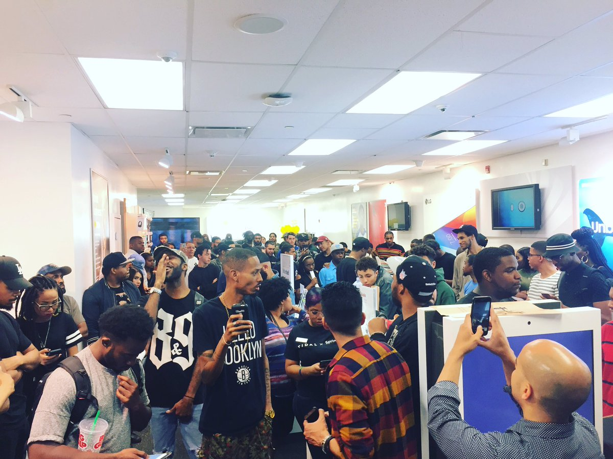 Only Jay-Z can turn a Sprint flagship store in midtown Manhattan into Brooklyn @ 12 midnight! https://t.co/7727TOH0pX