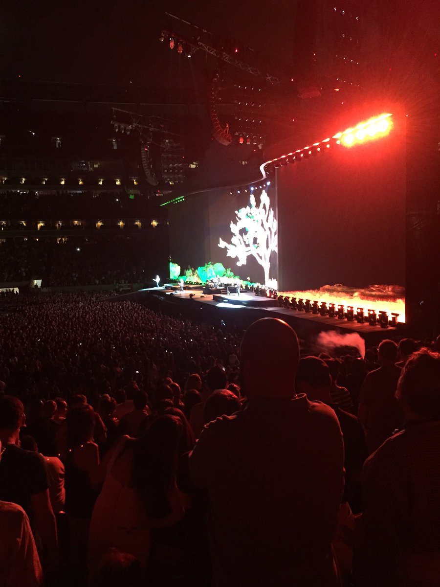 Bono just gave a shout out to journalists tonight as he sang In God's Country.  Thank you @U2 https://t.co/SUIyE18QyS