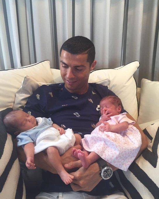 Cristiano Ronaldo a présenté ses jumeaux, Eva et Matéo