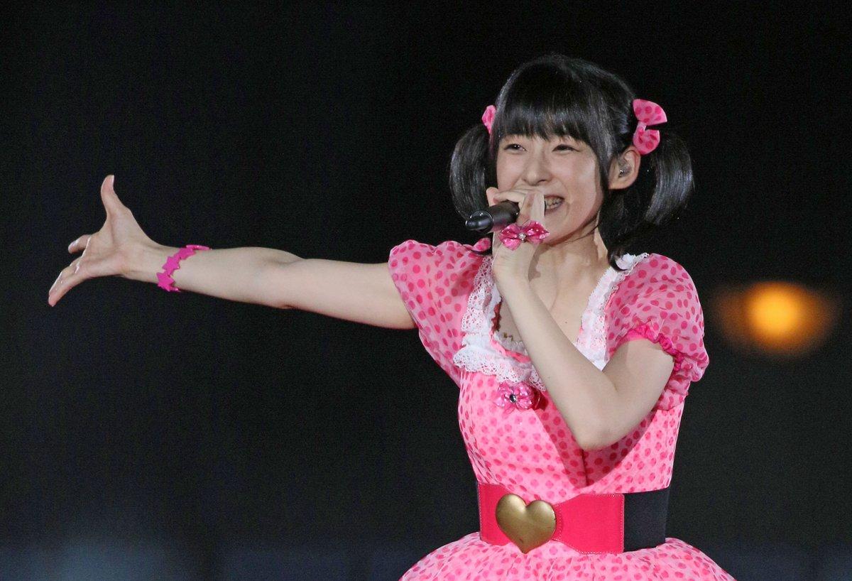 ピンクの衣装に身を包み、満面の笑みでパフォーマンスをするアイドル時代の嗣永桃子