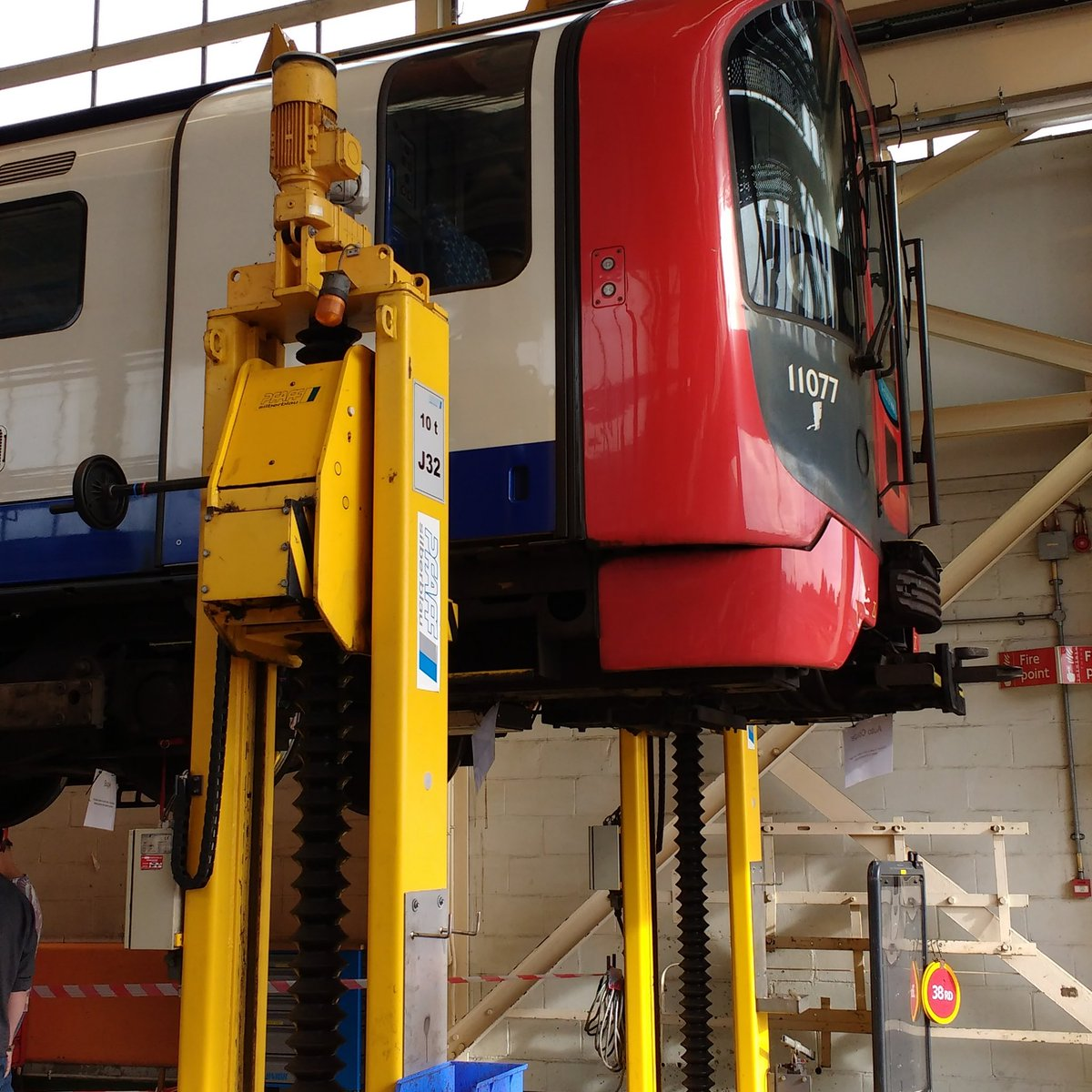 DDl4dJXWAAABuOu - The Victoria Line's really big 50th birthday! #2