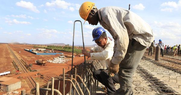 Au Kenya, juste avant son inauguration, un pont construit par des Chinois s'écroule https://t.co/f2EZ0Le4oA