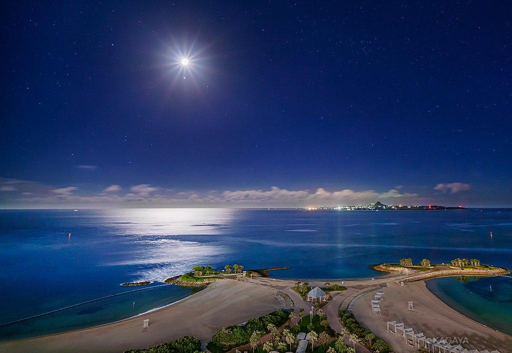 今、目の前に広がっている光景です。月光で光る静かな海。下はエメラルドビーチ。(沖縄にて先ほど撮影)今日もお疲れ様でした。明日も素敵な一日になりますように。 pic.twitter.com/7yoEpzW1y4