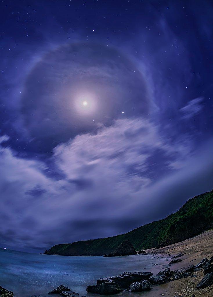月夜の光彩。月の周りの円い光は月暈。月の右下の明るい星は木星です。(先ほど沖縄にて撮影)今日もお疲れさまでした。明日からも穏やかな一週間になりますように。 pic.twitter.com/BRK4ri81Jn