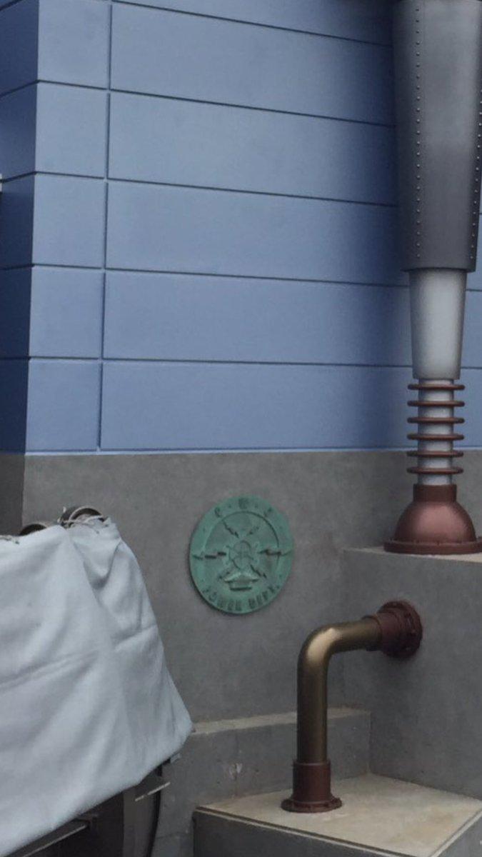 こちらはポートディスカバリーにあるディスカバリーギフト。ここに残るCWCと書かれたものがあります。これは過去にここが発電をし、テーマポート全体に電力を供給していた、というBGSを表しているようです。