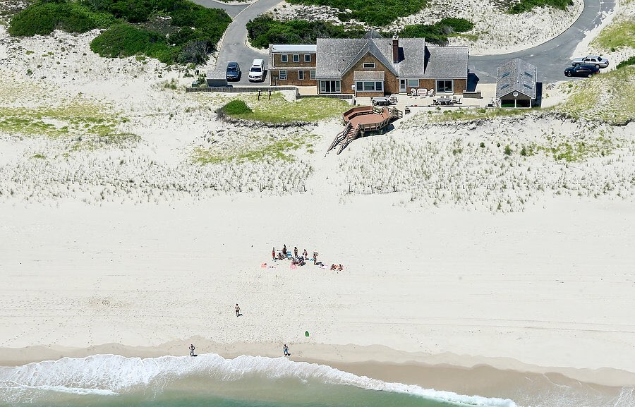 .@AndyMills_NJ gets pics of Christie lounging on a state beach closed to the public during government shutdown https://t.co/FVfC5jkCdQ