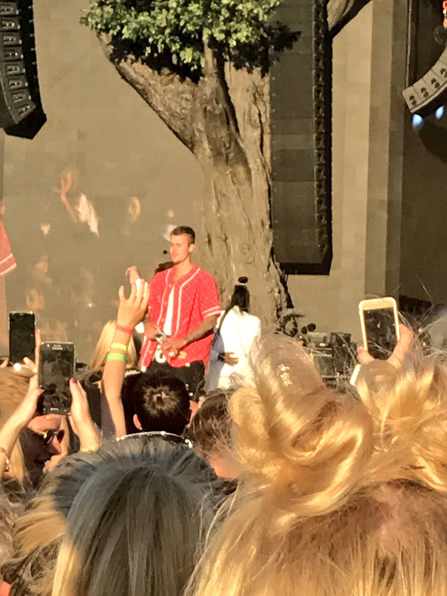#BSTHydePark @justinbieber just asked us - and 60,000 others - to be his girlfriend 😍