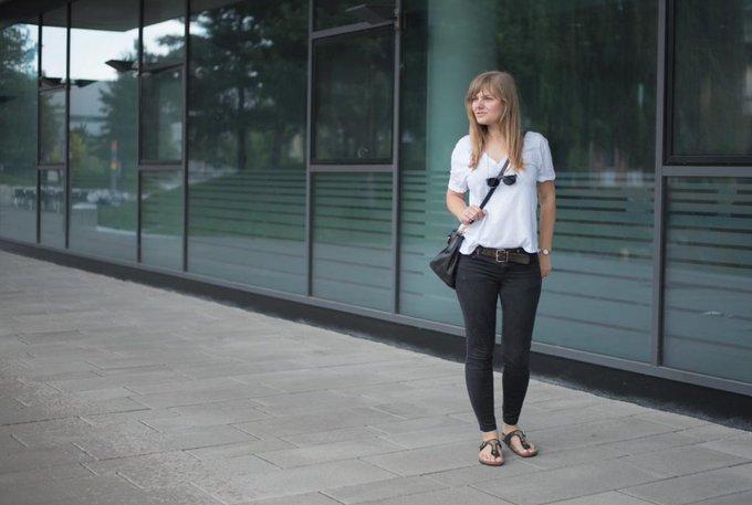 #ootd In schwarzer Jeans, weißem Shirt, Prada Shopper und Gimini Zehensandalen leger ins Büro