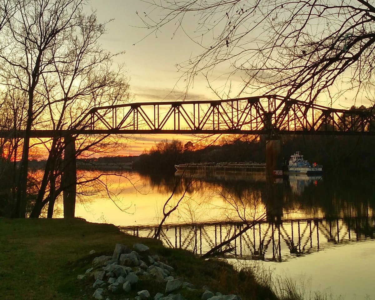 Happy #SundaySunsets from the Black Warrior River in Tuscaloosa, Alabama! #Travel #RoaTrip https://t.co/OzOWfIhlZc