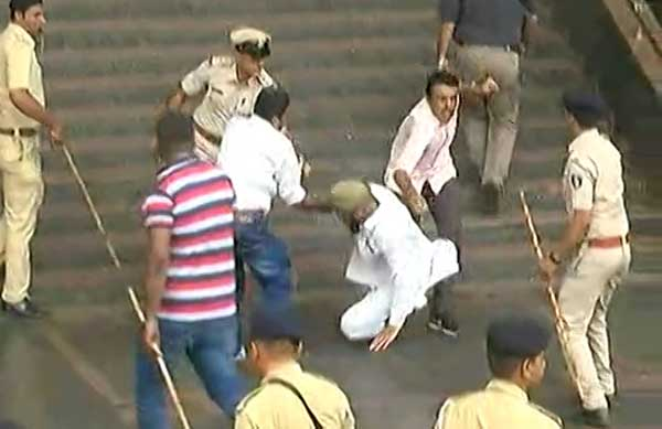 Lathicharge over protesting faction of Textile traders in Surat