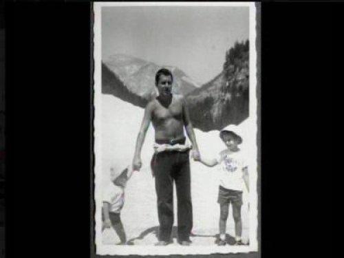 Foto in bianco e nero che ritrae Paolo Villaggio da giovane insieme ai figli
